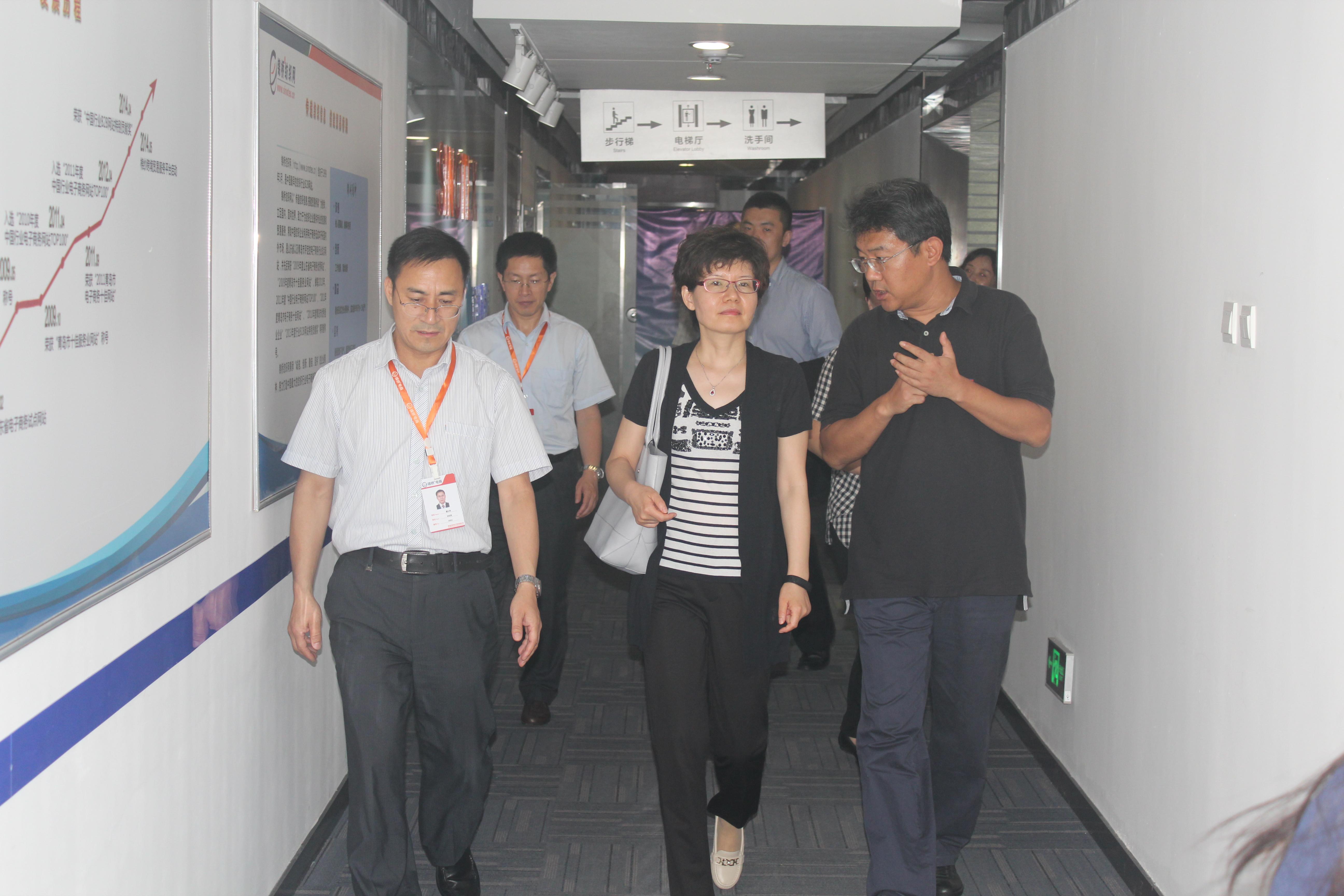 商务部贾司长在崂山区商务局刘海滨局长陪同下在我