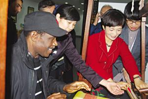 15国外交官走进浙江 体验丝绸文化